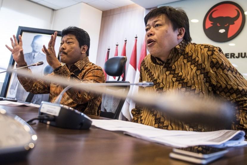 Anggota Komisi XI DPR Fraksi PDIP Andreas Eddy Susetyo (kiri) dan Bendahara Fraksi PDIP Alex Indra Lukman (kanan).