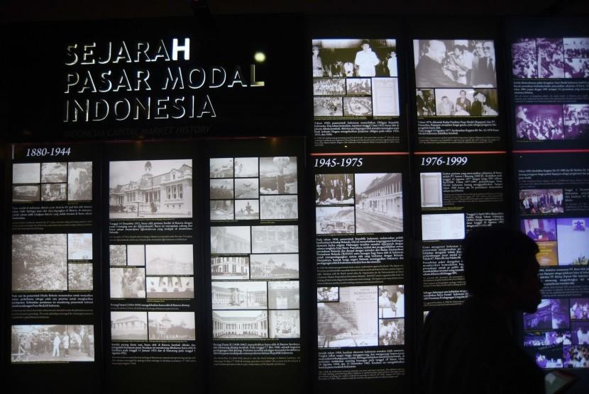 Anggota komunitas investor pasar modal melihat koleksi museum Bursa Efek Indonesia di sela-sela kegiatan gathering di Jakarta, Rabu (22/2).