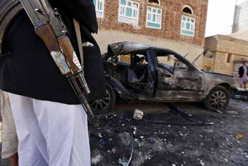 Anggota milisi Houthi berjaga-jaga di sekitar lokasi pemboman bunuh diri di Masjid Al Hashahush, Sana'a, Yaman, Jumat (20/3).