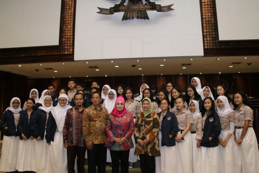 Anggota MPR dari Fraksi Partai Demokrat Melani Leimena Suharli menyambut ratusan siswa-siswi SMAN 28 Jakarta di Gedung MPR.