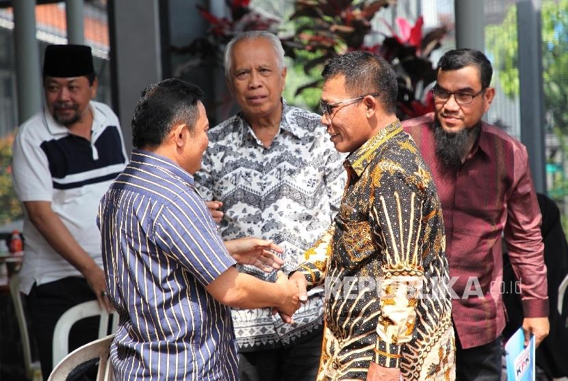 Anggota Pansus Angket KPK Masinton Pasaribu (kedua kanan) berbincang dengan sejumlah tahanan korupsi KPK saat mengunjungi Lapas Sukamiskin, Bandung, Jabar, Kamis (6/7).