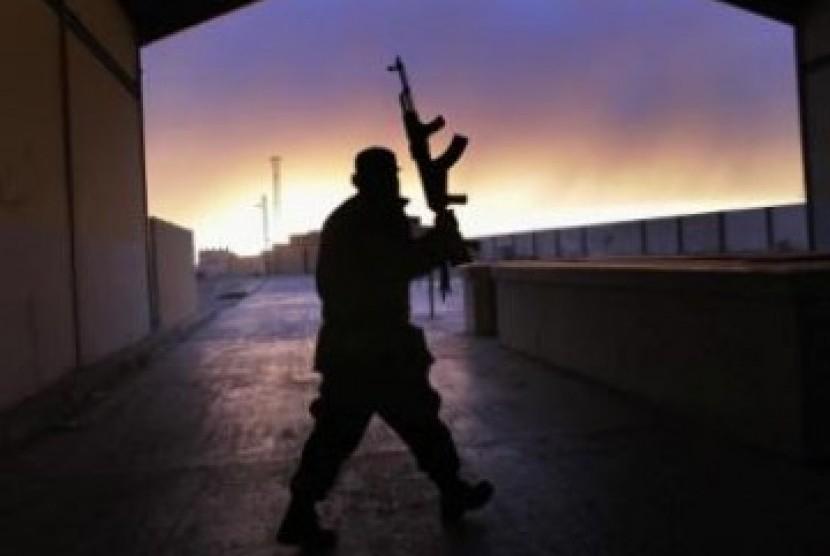 Anggota pasukan oposisi berjaga di kawasan timur Libya
