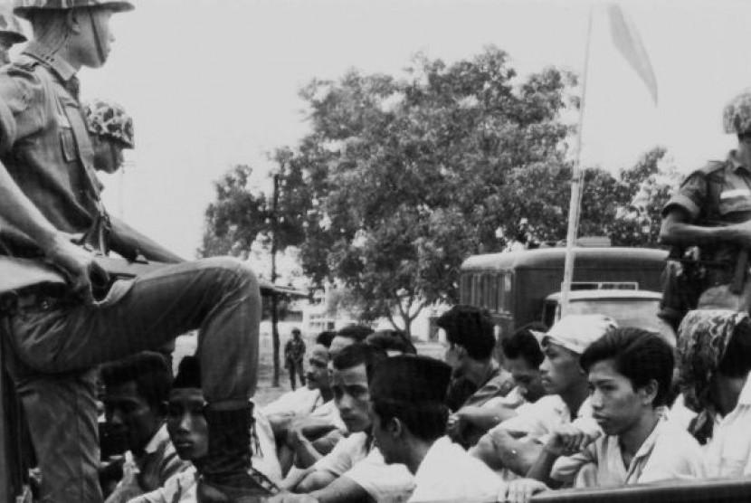Anggota Pemuda Rakyat, sayap organisasi pemuda PKI, diangkut dengan truk tentara ke tahanan.