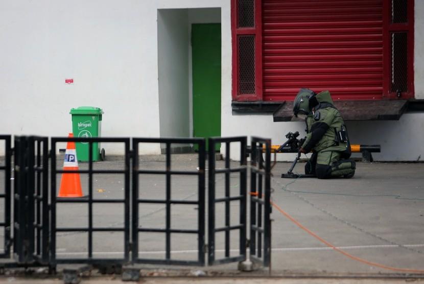 Anggota penjinak bom (Jibom) Brimobda Polda Lampung melakukan pendeteksian terhadap bungkusan yang diduga bom di Transmart Lampung,Selasa (15/5).