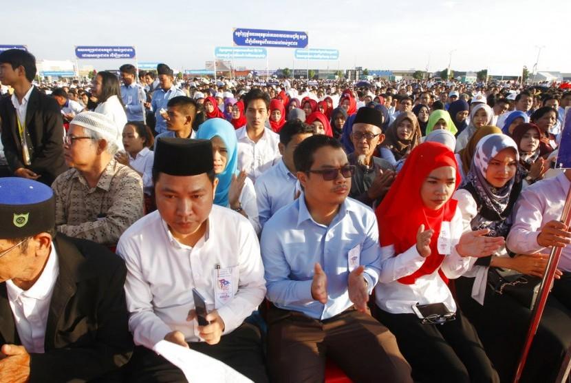 Anggota People's Party Kamboja menghadiri acara peringatan 39 tahun jatuhnya rezim Khmer Merah pada 1979 di Phnom Penh, Kamboja, Ahad (7/1).