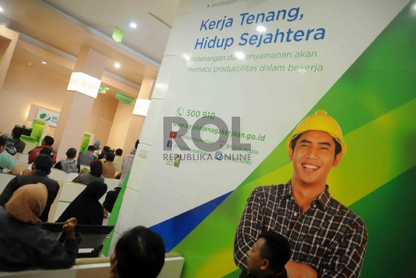 Anggota peserta Badan Penyelenggara Jaminan Sosial (BPJS) Ketenegakerjaan mengantre menunggu pelayanan di kantor cabang BPJS Ketenagakerjaan di Jakarta, Rabu (26/8).