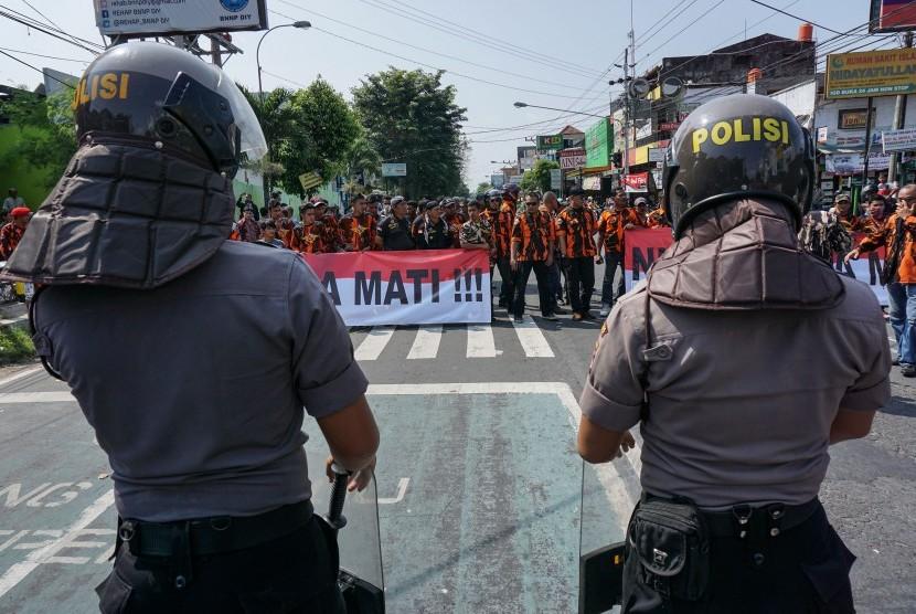nggota polisi berjaga saat aksi tolak OPM di depan Asrama Mahasiswa Papua, DI Yogyakarta, Jumat (15/7).