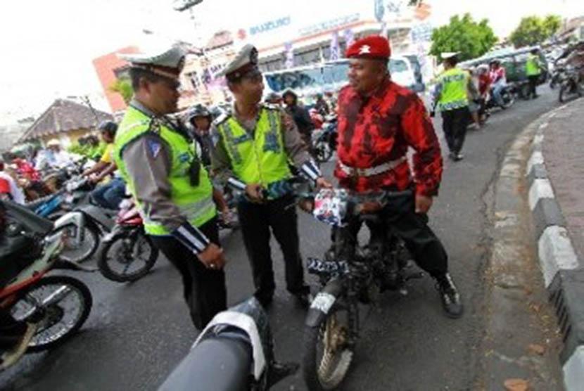 Anggota polisi melakukan razia kendaraan. (ilustrasi).