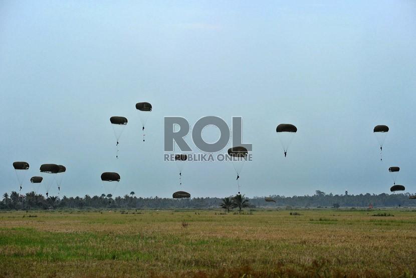 Anggota TNI melakukan penerjunan saat akan mengikuti upacara Peringatan HUT kemerdekaan RI di Lapangan Alue Barueh, Seunuddon, Lhoksukon, Aceh Utara, Sabtu (17/8).  (Republika/Tahta Aidilla)