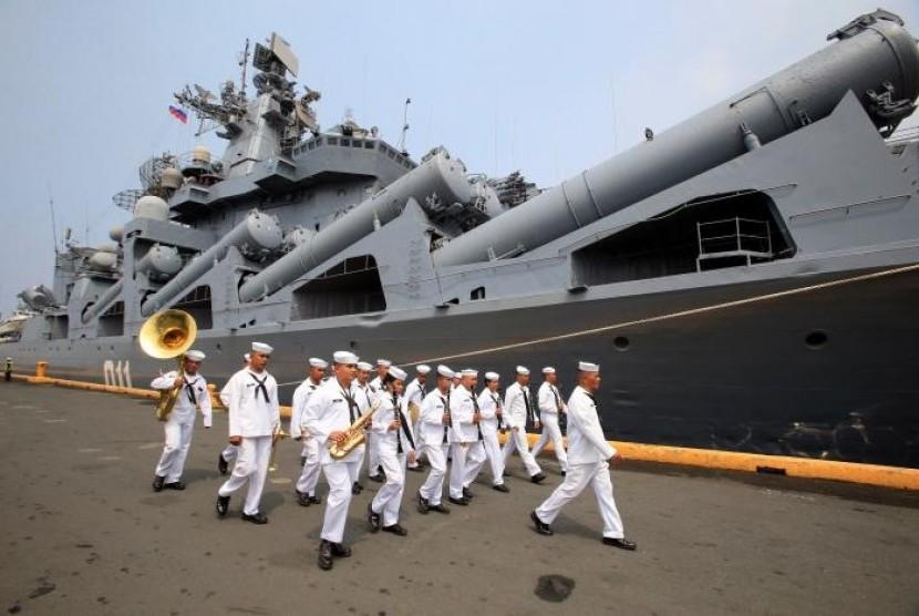 Angkatan Laut Filipina berada di depan kapal penjelajah berpeluru kendali Varyag milik Angkatan Laut Rusia saat merapat di Pier 15, South Harbor, Metro Manila, Filipina, 20 April 2017.