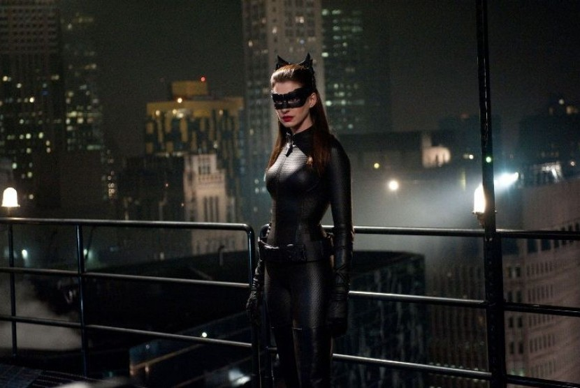 Anne Hathaway dalam salah satu adegannya sebagai Catwoman di film The Dark Knight Rises