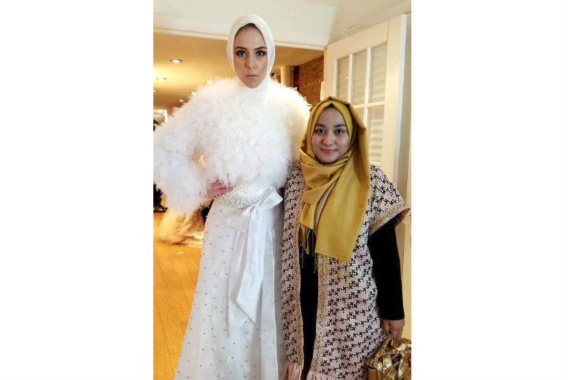 Anniesa Hasibuan bersama busana pengantin Muslim rancangannya yang dipamerkan di Indonesia Fashion Gallery, New York.