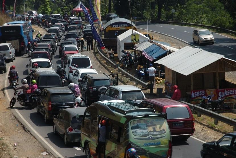 Antrean kendaraan arus balik pemudik memadati ruas Jalur Selatan di Tanjakan Lingkar Gentong, Tasikmalaya, Jawa Barat, Selasa (21/7).