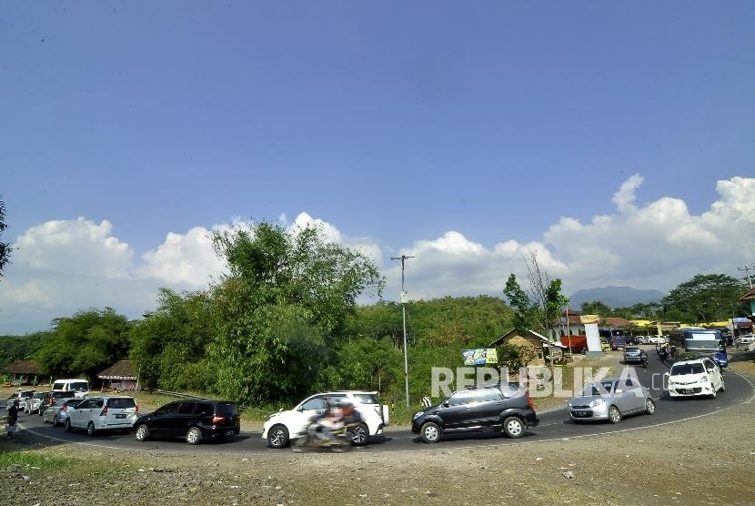 Antrean kendaraan pemudik di kawasan Puncak Cianjur (ilustrasi)