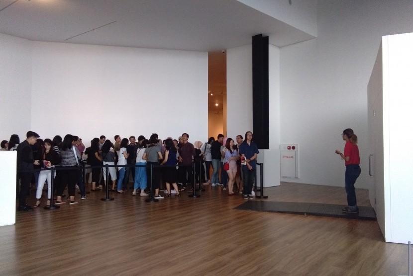 Antrean pengunjung di Museum MACAN saat hendak masuk instalasi seni karya Yayoi Kusama, Ahad (12/11).