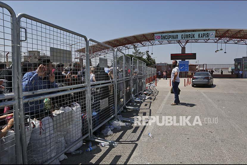 Antrean warga Suriah yang tinggal di Turki menunggu dibukanya pintu perbatasan dengan Suriah. (Ilustrasi)