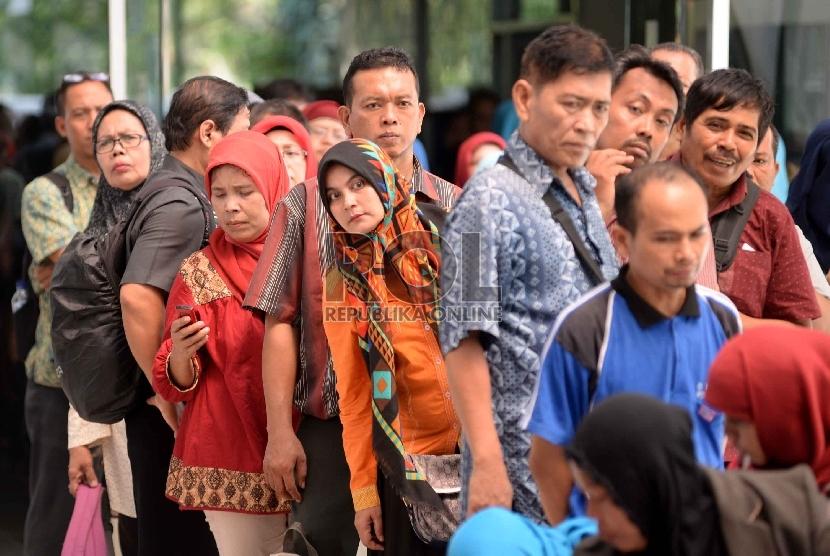 Antrean guru bantu DKI Jakarta untuk mengambil nomor di Gedung Nyiageng Serang, Jakarta, Kamis (23/7).  (Republika/Yasin Habibi)