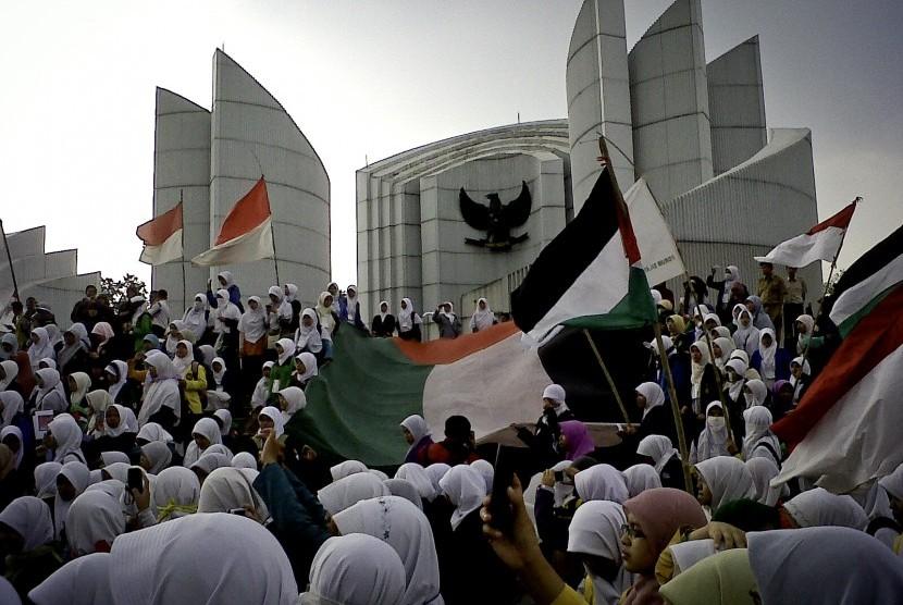 Antusiasme peserta akhwat pada hari terakhir IMSS 2012 di Monumen Pancasila, Bandung.