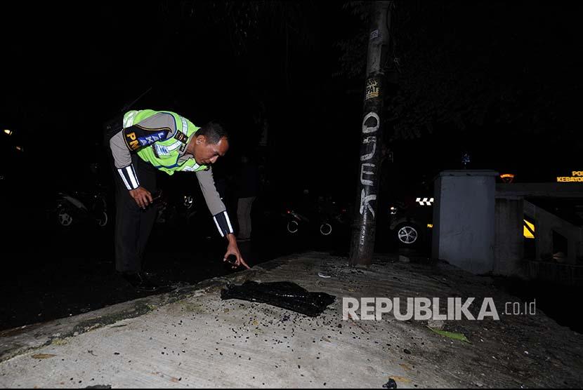 Aparat polisi mengamankan tempat kejadian kecelakaan Setya Novanto di Jalan Permata Berlina, Jakarta Selatan, Kamis (11/06). Ketua DPR RI  Setya Novanto mengalami kecelekaan yang dikabarkan saat menuju ke kantor KPK.