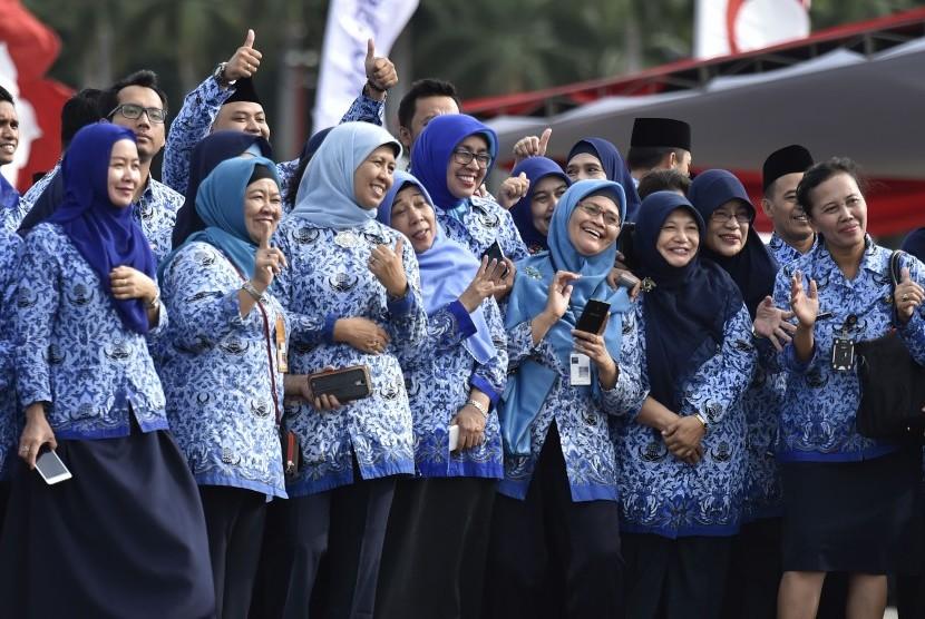 Aparatur sipil negara berfoot bersama seusai mengikuti upacara peringatan HUT ke-46 Korps Pegawai Republik Indonesia (Korpri), di Monas, Jakarta, Rabu (29/11).
