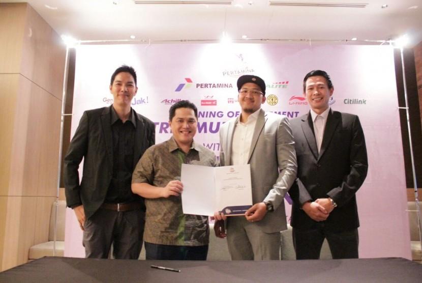 Arki Dikania Wisnu dan pemilik SM Pertamina, Erick Thohir (tengah) setelah penandatangan perpanjangan kontrak, di Jakarta, Sabtu (21/10).