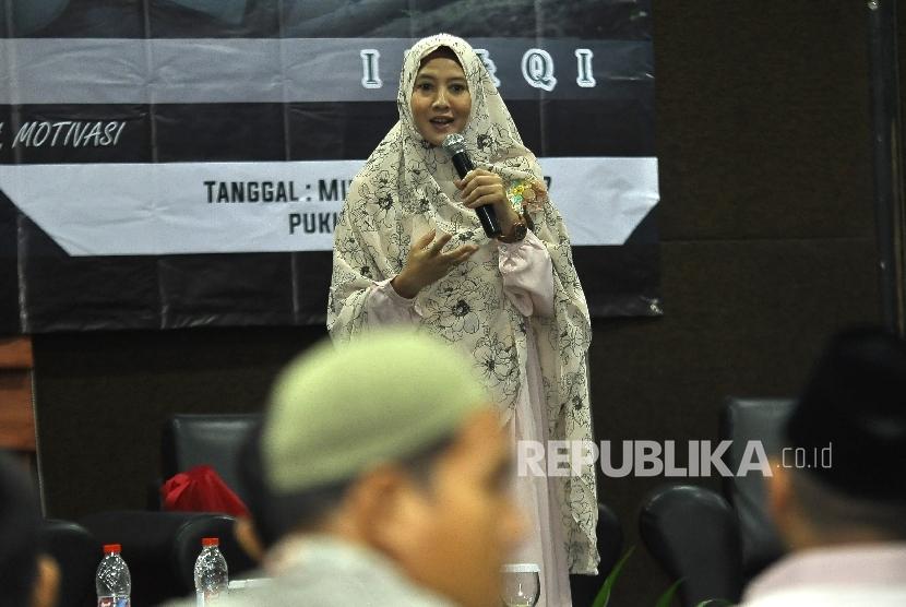 Artis Peggy Melati Sukma menjelaskan paparanya saat acara Power Vision Key of Success di Menara 165 TB Simatupang, Jakarta Selatan, Ahad (16/7).