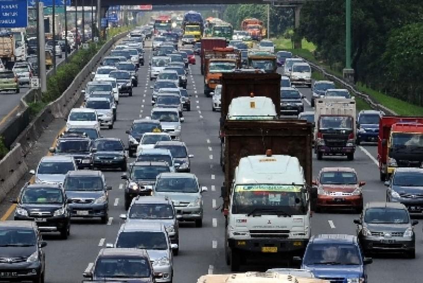 Arus balik dari Tol Cikampek menuju Jakarta.