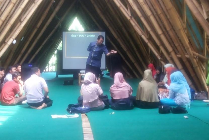 Asep Sapaat bersama komunitas belajar