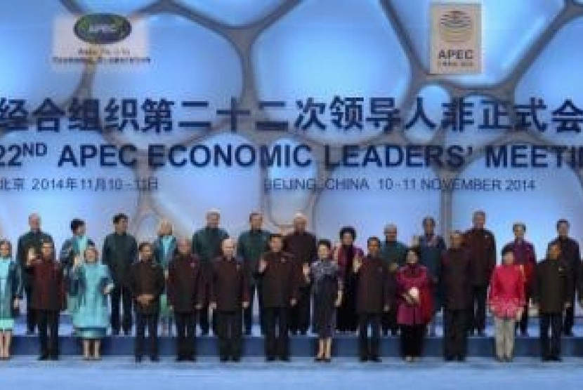 President Joko Widodo poses with Asia Pacific Economic Cooperation (APEC) nations' leaders in Beijing on Monday.