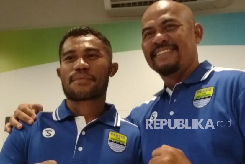 Asisten pelatih Persib Bandung, Herrie Setyawan (kanan) dan pemain Persib Bandung, Ardi Idrus di Graha Persib, Bandung, Jumat (20/4).