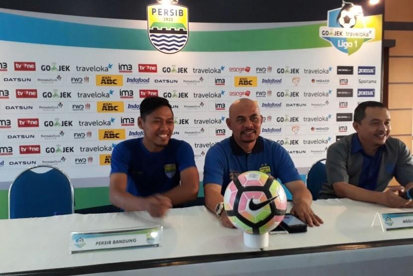 Asisten pelatih Persib Herrie Setyawan (tengah), Pemain Persib Tony Sucipto (kiri) dan Media Officer Persib Irfan Suryadireja saat konferensi pers jelang lawan PSM Makassar di Graha Persib, Selasa (4/7).