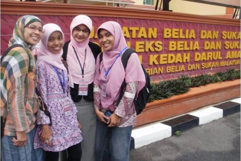 Asri Noer Rahmi dan kawan-kawan di Malaysia