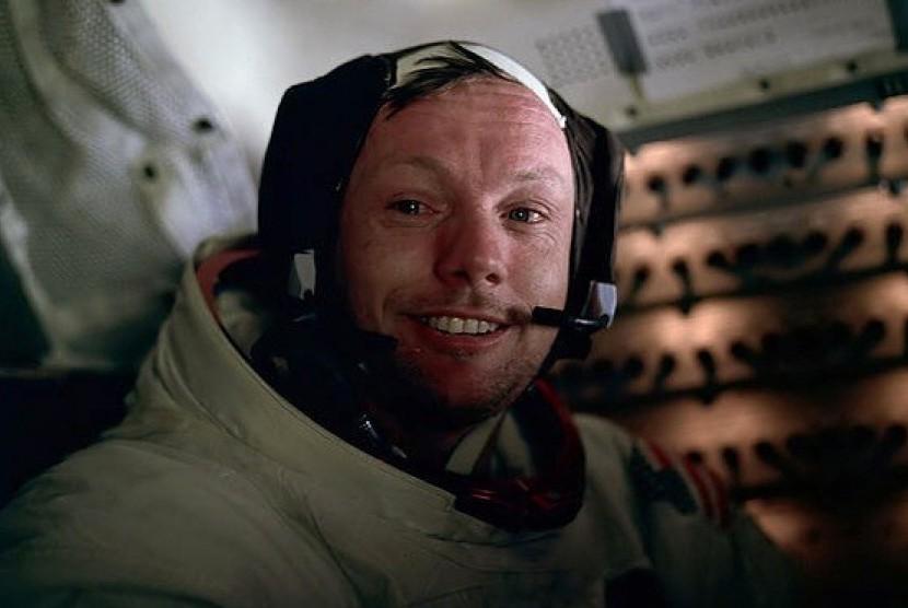 Astronot Amerika Serikat, Neil Armstrong. Ia diklaim sebagai orang pertama yang mengijakkan kaki di bulan pada 20 juli 1969 silam.