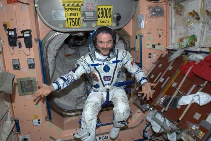 Astronot Chris Hadfield berpose di Stasiun Luar Angkasa Internasional, pada tahun 2013.