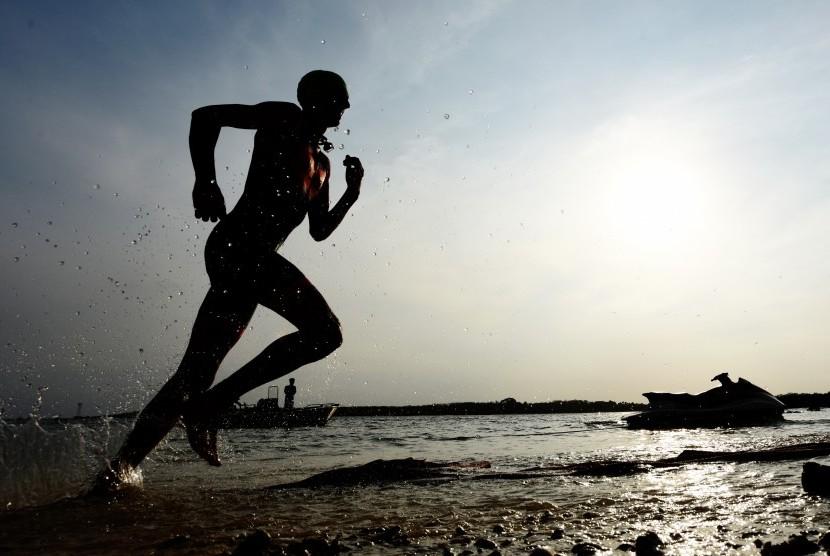 Atlet berlari di pantai. (ilustrasi)