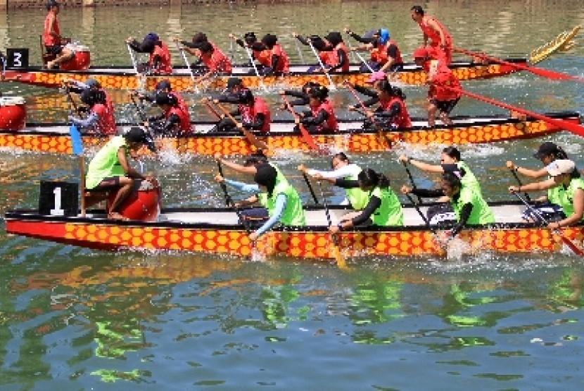 Atlet dayung memacu sampan (ilustrasi).