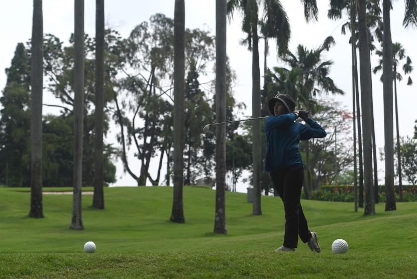 Atlet golf DKI Jakarta Aufa Putri Rachmadya memukul bola saat mengikuti Test Event Golf Road to Asian Games 2018 di Pondok Indah Padang Golf, Jakarta Selatan, Selasa (31/10).
