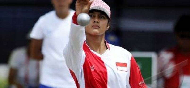 Atlet Indonesia, Annisa Alfath, melempar bola (boule) saat berlaga melawan Filipina dalam cabang olah raga Petanque Sea Games XXVI di Komplek Olah Raga Jakabaring, Palembang, Sumatera Selatan.