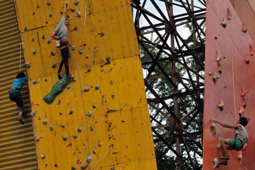 Atlet panjat tebing DKI Jakarta berlatih di Gelanggang Olah Raga Soemantri Brodjonegoro, Jakarta, Jumat (16/3). Latihan tersebut rutin dilakukan menjelang persiapan PON XVIII Riau yang akan berlangsung pada September 2012