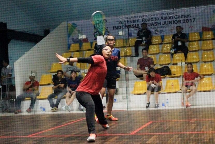 Atlet squash Singapura (merah) berhadapan dengan Kalimantan Timur dalam test event Asian Games 2018 bertajuk Indonesia Squash Junior di Siliwangi Squash Center, Bandung, Kamis (14/9).