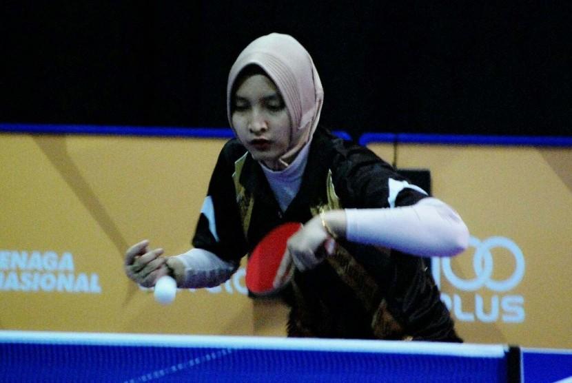 Atlet tenis meja Indonesia di kelas 10, Sella Dwi Radayana saat bertanding pada ASEAN Para Games IX/2017 di Malaysian International Trade and Exhibition Center (MITEC), Kuala Lumpur, Ahad (17/9).