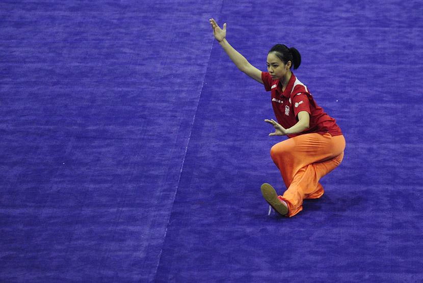 Atlet Wushu Indonesia Lindswell Kwok berlatih jelang Kejuaraan Dunia Wushu di Istora Senayan Jakarta, Kamis (12/11).