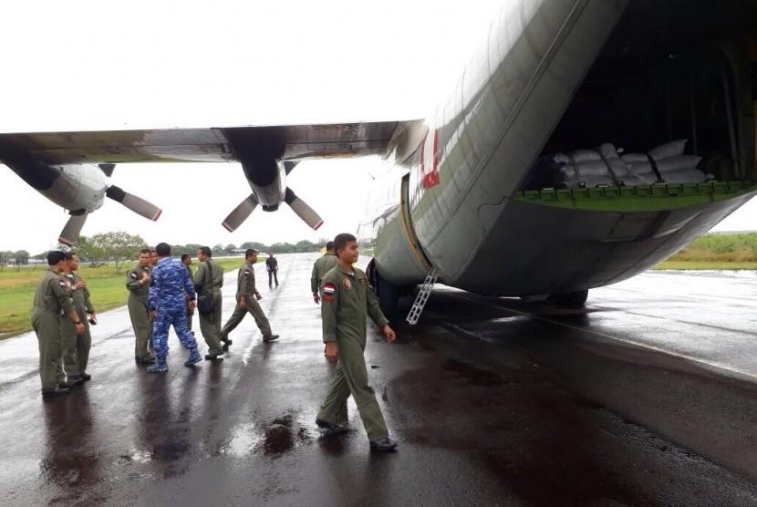 atu pesawat Hercules yang mengangkut barang untuk masyarakat Rohingya mulai diberangkatkan ke Bandara Shah Amanat, Chittagong, Bangladesh, Kamis (15/9).