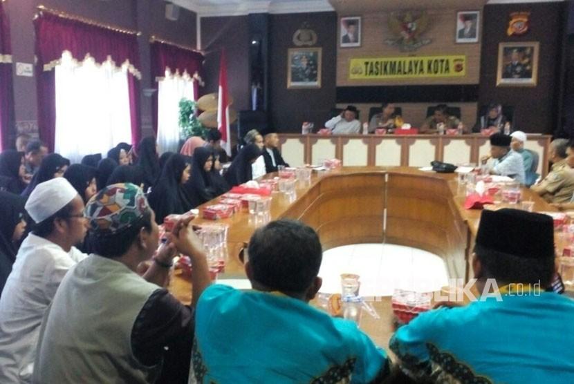 Audiensi antara Polresta Tasikmalaya dengan Yayasan Ponpes Fajrul Islam dan SMAN 9 membahas dugaan kasus penelanjangan siswi, Selasa (20/2).