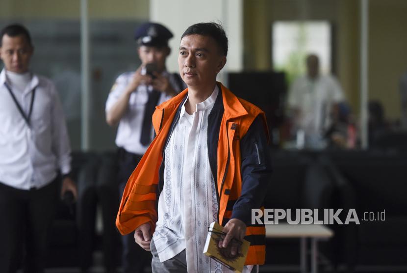 Auditor BPK Ali Sadli berjalan meninggalkan gedung KPK seusai menjalani pemeriksaan di Jakarta, Selasa (18/7).