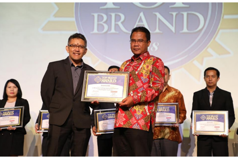 AVP Marketing Communication Telkom Mustakim Wahyudi bersama Managing Director Marketing Group Adyo Bawono saat menerima penghargaan TOP Brand Award untuk kategori Internet Service Provider Fixed Terbaik di Jakarta (20/2).