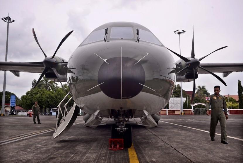 Awak pesawat melakukan pemeriksaan rutin sebelum terbang di BandaraSam Ratulangi, Manado, Sulawesi Utara, Rabu (18/5).