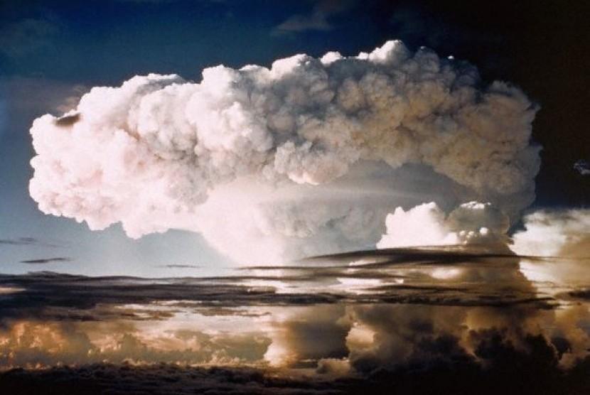 Awan jamur akibat ledakan uji coba bom hidrogen AS pertama