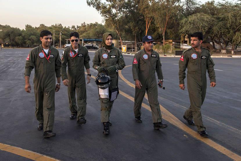 Ayesha Farooq (26), pilot pesawat tempur perempuan Pakistan berpose di pangkalan udara Mushaf di Sargodha, Pakistan (6/6).    (Reuters/Zohra Bensemra)