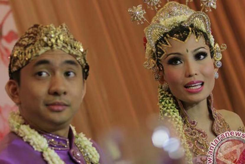 Ayu Dewi, kanan dan suaminya Regi Datau.